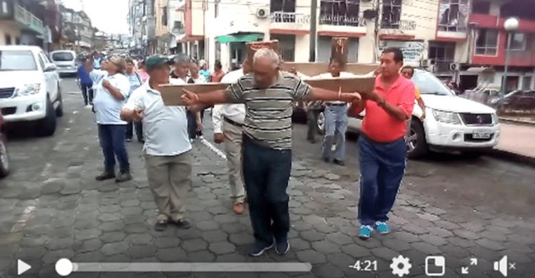 Maestros jubilados en Napo se crucifican