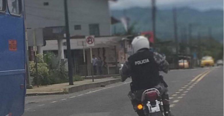 Policía en moto sin placas