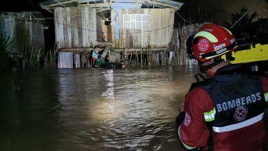 Bomberos realizan evacuación de personas del barrio la Isla