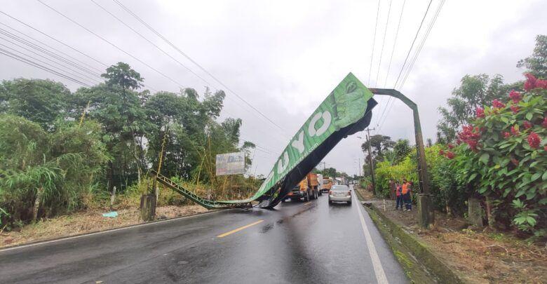 El mal tiempo ocasionó la caída de una valla de ingreso a Puyo