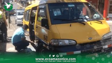 Rompen parabrisas de una furgoneta para robar en el centro de Puyo