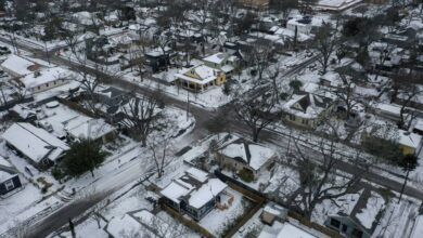 Texas y otros estados de EE. UU. siguen sin electricidad y pasan duros momentos a causa de las tormentas invernales