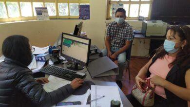 """La Agencia de Aseguramiento de la Calidad de los Servicios de Salud y Medicina Prepagada, ACESS, en su oficina técnica de la ciudad de Riobamba desde el mes de febrero del 2021, en función de sus competencias ha certificado 40 documentos sanitarios emitidos por Profesionales de Salud registrados y habilitados. La Certificación de Documentos Sanitarios en la ACESS, es un requisito que debe cumplir el ciudadano que va a viajar al exterior, ya que verifica que el profesional de la salud que emite el certificado médico esté registrado en la ACESS, tal como la normativa sanitaria vigente lo señala, esto garantiza la legalidad del documento al portador del Documento Sanitario. Los beneficiarios directos de este servicio son los usuarios de las provincias de Cotopaxi, Tungurahua, Pastaza y Chimborazo. Angy Tenelanda, profesional médico, necesita realizar la certificación de sus documentos sanitarios para continuar sus estudios de posgrado en España, indicó que el servicio que recibió por parte de los técnicos de la Agencia es eficiente y rápido para el trámite de certificación. De la misma forma, Ronald Barahona manifestó, """"el servicio es fácil accesible para todas las personas que necesiten esta certificación, es bueno porque viajar a otra ciudad a apostillar es difícil y tener este servicio en la ciudad de Riobamba agilita los trámites, necesito el certificado para continuar mis estudios en el exterior"""". La Agencia presta este servicio en sus oficinas de la ciudad de Riobamba, ubicadas en el Edificio de la Coordinación de Zonal 3 - Salud, planta baja, Av. Humberto Moreano y Alfonso Villagómez, telf. (03) 960-372, de lunes a viernes desde las 08:00 a 13:00."""